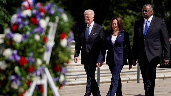 Biden, Başkan Yardımcısı Kamala Harris ve Savunma Bakanı Lloyd Austin, Arlington Ulusal Mezarlığı'nda düzenlenen Anma Günü törenine katıldı. - Sputnik Türkiye