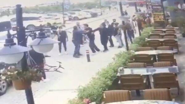 Restoran çıkışında karısını döven adama meydan dayağı - Sputnik Türkiye