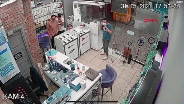 Telefoncuya karga baskını, iş yeri sahibi tezgahın altına saklandı: 'Kafayı bize takmış durumda' - Sputnik Türkiye