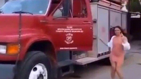 İzmir Büyükşehir Belediyesi İtfaiye Daire Başkanlığına ait yangın eğitim merkezinde 3 kadının itfaiye aracını kullanmasına dair skandal görüntülere ilişkin başlatılan soruşturmada; itfaiyede görevli 4 kişinin, 3 kadının itfaiye aracını merak ettikleri için binmelerine izin verdiklerini söyledikleri öğrenilirken, 1 itfaiye personeli açığa alındı - Sputnik Türkiye