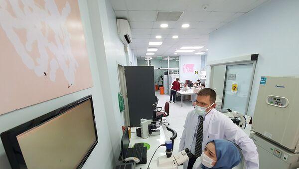 Doç. Dr. Mehmet Serdar Kütük'ün danışmanlığında, tıp fakültesi 5. sınıf öğrencisi Ümmühan Zeynep Bilgili - Sputnik Türkiye