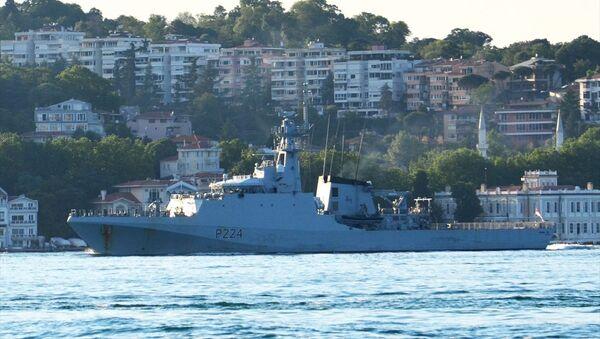 İngiliz Donanmasına ait P224 borda numaralı HMS Trent isimli açık deniz devriye gemisi, İstanbul Boğazı'ndan geçti. - Sputnik Türkiye