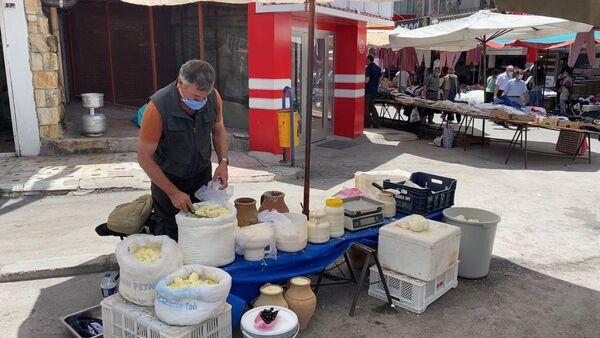 3 dil bilen rehber, pazarda peynir satıyor - Sputnik Türkiye