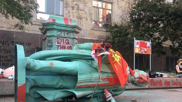 Kanada'da yatılı okul sisteminin mimarlarından Egerton Ryerson'ın heykeli yıkıldı - Sputnik Türkiye