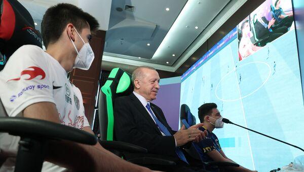Cumhurbaşkanı ve AK Parti Genel Başkanı Recep Tayyip Erdoğan, partisinin Gençlik Kolları tarafından düzenlenen e-Spor Turnuvası'nın final maçını izledi. - Sputnik Türkiye