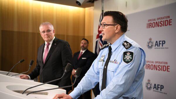 Avustralya Başbakanı Scott Morrison (solda) ile Avustralya Federal Emniyet Müdürü Reece Kershaw, organize suç örgütlerine yönelik küresel operasyonla ilgili basın toplantısında - Sputnik Türkiye