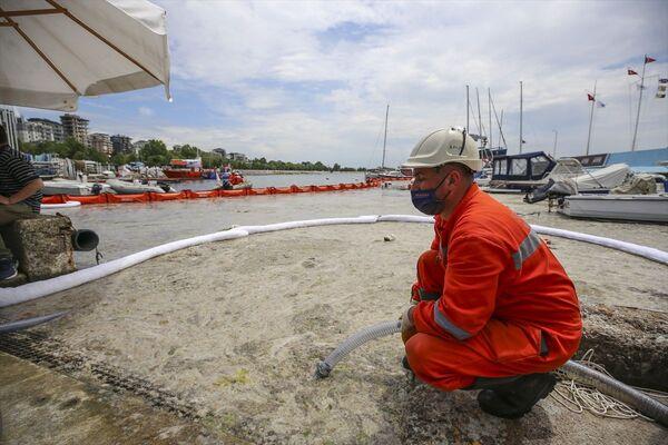 Çevre ve Şehircilik Bakanlığının 'Marmara Denizi Eylem Planı' kapsamında alınan kararların hayata geçirilmesi için kamu kurumları, belediyeler, akademik çevreler ile sivil toplum kuruluşlarınca başlatılan çalışma kapsamında, denizden müsilaj toplandı. - Sputnik Türkiye
