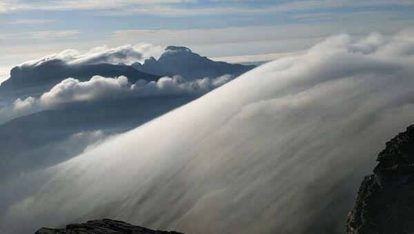 Avustralya'da bulutun dağın üzerinden geçtiği anlar 'büyüledi' - Sputnik Türkiye