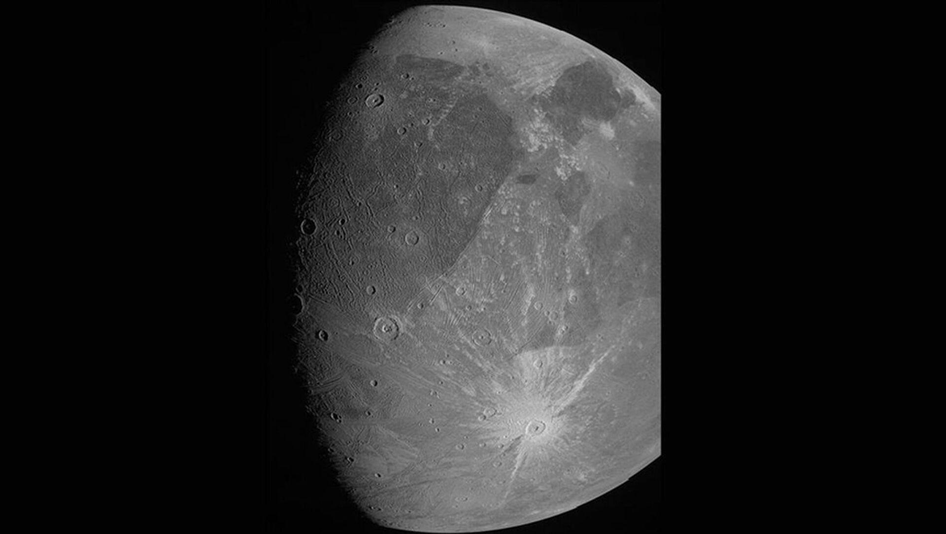 ABD Havacılık ve Uzay Ajansının (NASA) Jüpiter keşif aracı Juno, gezegenin uydusu Ganymede'i yakın geçişi sırasında fotoğrafladı. - Sputnik Türkiye, 1920, 09.06.2021