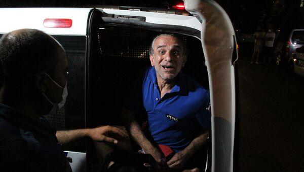 Balkonda ateş yakıp kendini eve kilitledi, çıkarken kalabalığı selamladı  - Sputnik Türkiye