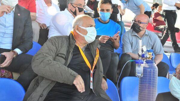 Kulüp başkanı, takımının maçını oksijen tüpüyle izledi - Sputnik Türkiye