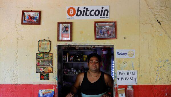 El Salvador'un Chiltiupan kentindeki El Zonte Plajı'nda Bitcoin kabul ederek iş yapan bir dükkan - Sputnik Türkiye