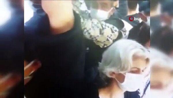 İstanbul Esenyurt'ta minibüste bir yolcunun cüzdanını çalan hırsızlık zanlısı, yine aynı durakta bir yolcunun cüzdanını çalarken suçüstü yakalandı. Hırsızlık anları kameralara da yansıdı. - Sputnik Türkiye