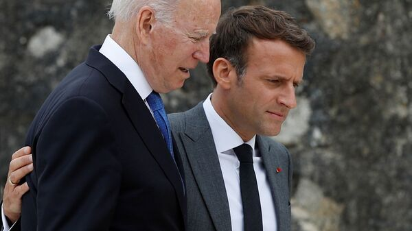 Joe Biden - Emmanuel Macron - Sputnik Türkiye