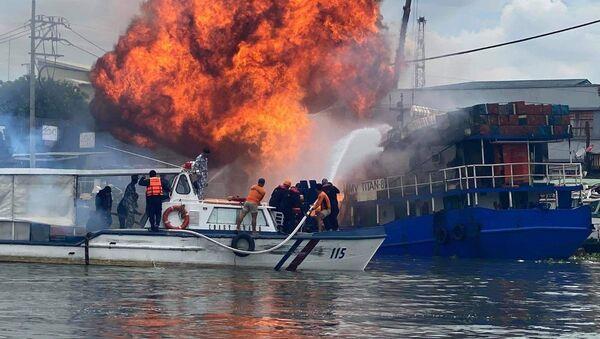 Filipinler'de gemi yangını evlere sıçradı - Sputnik Türkiye