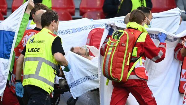 Danimarkalı futbolcu Christian Eriksen maç sırasında baygınlık geçirdi: Sahada müdahale edildi - Sputnik Türkiye