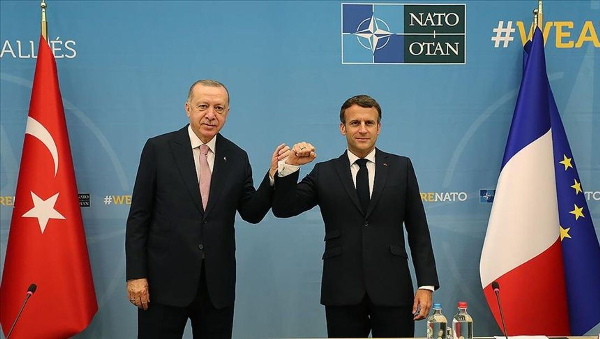 14 Haziran 2021'de Brüksel'deki NATO zirvesinde Recep Tayyip Erdoğan ile Emmanuel Macron görüşmesi - Sputnik Türkiye, 1920, 14.06.2021