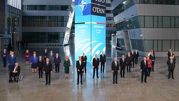 Tüm liderlerin tek tek karşılanmasının ardından sosyal mesafe kuralına uyularak aile fotoğrafı çektirildi. Cumhurbaşkanı Erdoğan, NATO Karargahı'nın içindeki avluda çektirilen aile fotoğrafında, ABD Başkanı Joe Biden ile İngiltere Başbakanı Boris Johnson'ın arasında yer aldı.  - Sputnik Türkiye