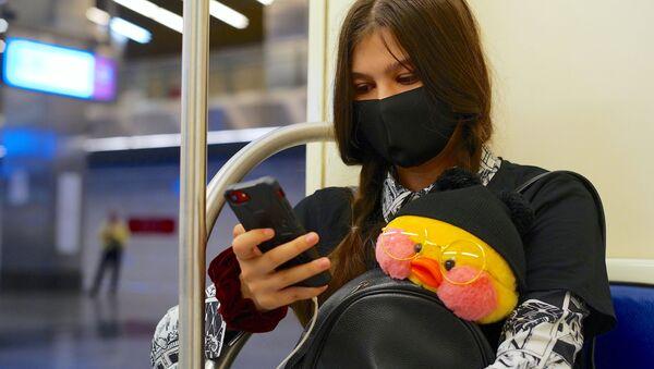 Rusya-koronavirüs-metro-maske-genç kız  - Sputnik Türkiye