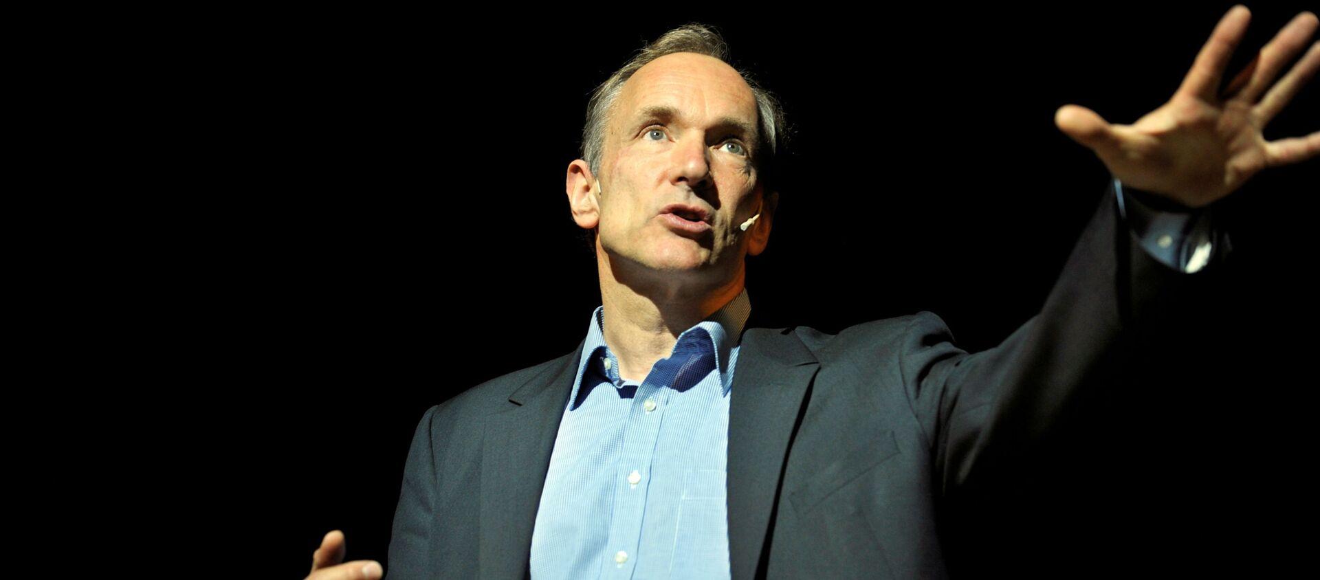 FILE PHOTO: World Wide Web founder Tim Berners-Lee delivers a speech at the Bilbao Web Summit in the Palacio Euskalduna May 17, 2011. REUTERS/Vincent West/File Photo - Sputnik Türkiye, 1920, 15.06.2021