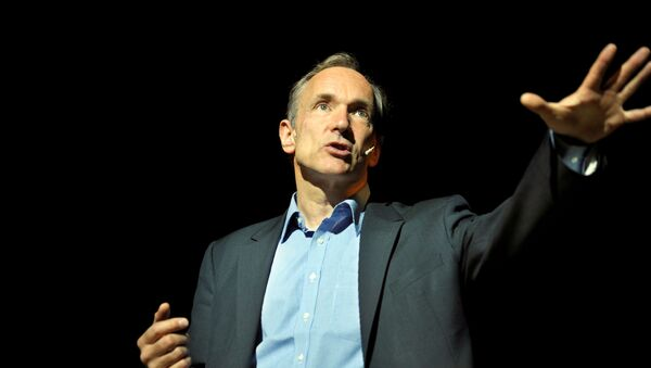 FILE PHOTO: World Wide Web founder Tim Berners-Lee delivers a speech at the Bilbao Web Summit in the Palacio Euskalduna May 17, 2011. REUTERS/Vincent West/File Photo - Sputnik Türkiye