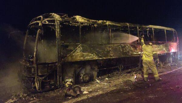 Seyir halindeyken lastiği patlayan yolcu otobüsü alev aldı - Sputnik Türkiye