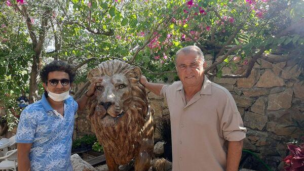 Teknik Direktör Fatih Terim, Muğla'nın Bodrum ilçesindeki evine 2 adet aslan heykeli yaptırdı. Terim, heykeltıraşla birlikte aslan heykelinin yanında poz verdi. - Sputnik Türkiye