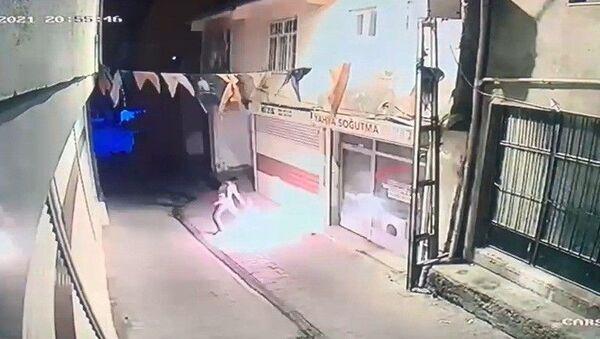 Diyarbakır'ın Hani ilçesinde AK Parti Hani ilçe binasına kimliği belirsiz bir kişi tarafından molotoflu saldırı yapıldı. Saldırıda ölen ya da yaralanan olmazken polis saldırganı yakalamak için çalışma başlattı. - Sputnik Türkiye