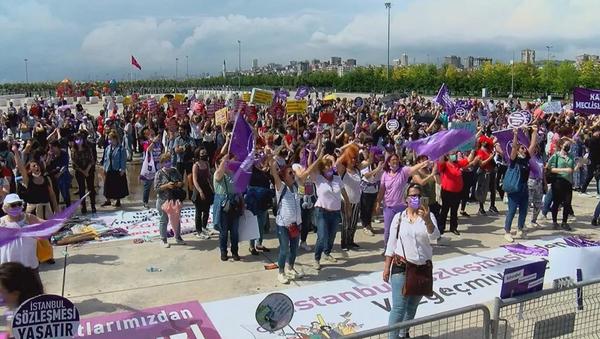 Maltepe'de kadınlardan İstanbul Sözleşmesi protestosu  - Sputnik Türkiye