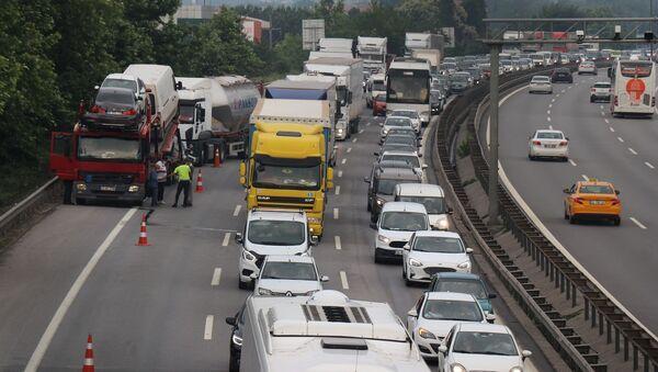 Kaza sonrası İstanbul istikametinde uzun araç kuyrukları oluştu. - Sputnik Türkiye