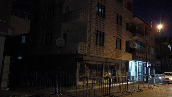 Pendik'te deprem sonrası bir binada çatlaklar oluştu. Bina sakinleri evlerinden tahliye edilirken, çevrede geniş çaplı güvenlik önlemi alındı. - Sputnik Türkiye