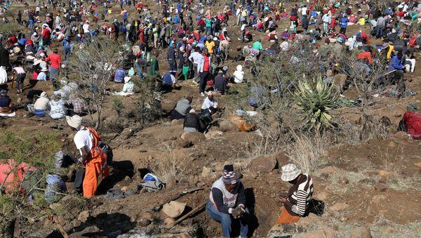 Dünyanın en büyük elmas üreticilerinden Güney Afrika Cumhuriyeti'nin KwaZulu-Natal eyaletinde keşfedilen ve ülke genelinden elmas madencilerin bölgeye akın etmesine neden olan taşların, kuvars kristalleri olduğu tespit edildi. - Sputnik Türkiye