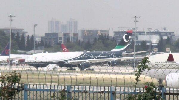 Libya'nın eski lideri Muammer Kaddafi'nin kullandığı Airbus A340-200 tipi Libya devlet uçağı, Atatürk Havalimanı'nda iki hafta süren bakım çalışmaları sonrası Libya'ya gitmek üzere İstanbul'dan ayrıldı. - Sputnik Türkiye