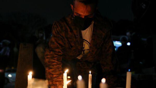 Brezilya'da Kovid-19'dan ölenlerin anısına 18 şehirde  500'er mum yakıldı - Sputnik Türkiye