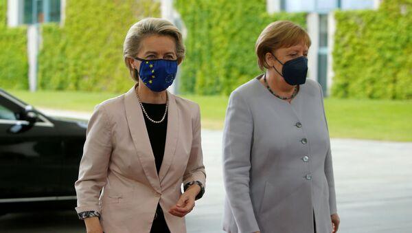 Angela Merkel, Berlin'i ziyaret eden Ursula von der Leyen'i karşılarken - Sputnik Türkiye