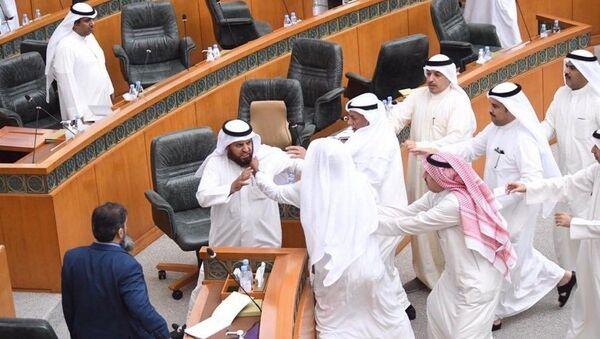 Kuveyt parlamentosunda bakanlar ile muhalefet vekilleri kavga etti - Sputnik Türkiye