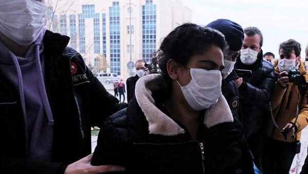 Konya'da Kadir Şeker'in, öldürdüğü Özgür Duran'ın  elinden dayak yerken kurtardığı sevgilisi Ayşe Dırla - Sputnik Türkiye