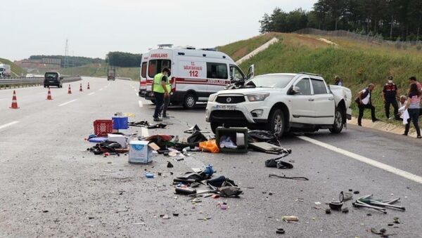 Kocaeli Kuzey Marmara Otoyolu Dilovası mevkiinde meydana gelen trafik kazasında kaza yapan araçtaki vatandaşlara su vermek için durdurduğu aracından inen şahıs, hızla gelen bir otomobilin çarpması sonucu hayatını kaybetti. Meydana gelen zincirleme kazada ise 4 kişi yaralandı. - Sputnik Türkiye