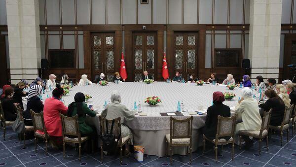 Cumhurbaşkanı Erdoğan, 'Kadına Karşı Şiddetle Mücadele' konulu toplantıya başkanlık etti - Sputnik Türkiye