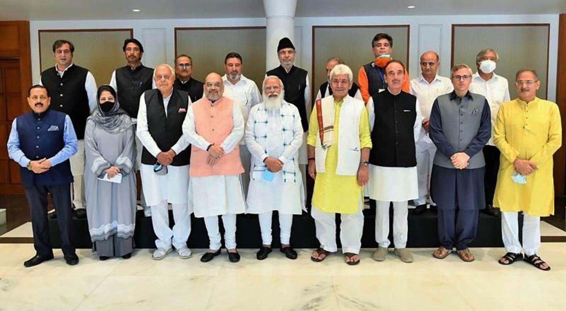 Hindistan Başbakan Narendra Modi,Hindistan kontrolünde bulunan tartışmalıCammuKeşmir'in sahip olduğu ve eyalete 'yarı bağımsızlık' tanıyan özel statüsünün 2019'da kaldırılmasından bu yana ilk kez Keşmirli yerel liderlerle bir araya geldi. - Sputnik Türkiye, 1920, 25.06.2021