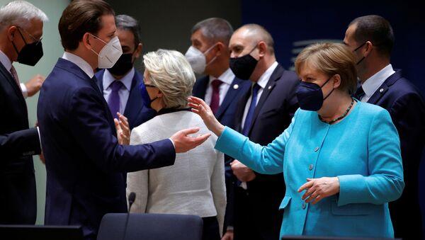 AB liderler zirvesinde Avusturya Başbakanı Sebastian Kurz ile Almanya Başbakanı Angela Merkel arasındaki sohbet anı - Sputnik Türkiye