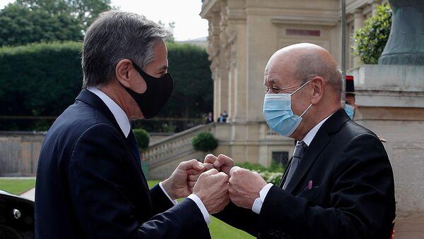 Paris'i ziyaret eden ABD Dışişleri Bakanı Antony Blinken (solda), Fransız mevkidaşı  Jean-Yves Le Drian ile yumruk selamlaşmasında - Sputnik Türkiye