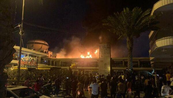 Irak'ın Nasıriye kentinde bulunan bir AVM'de elektrik jeneratörünün patlaması sonucu yangın çıktı. - Sputnik Türkiye