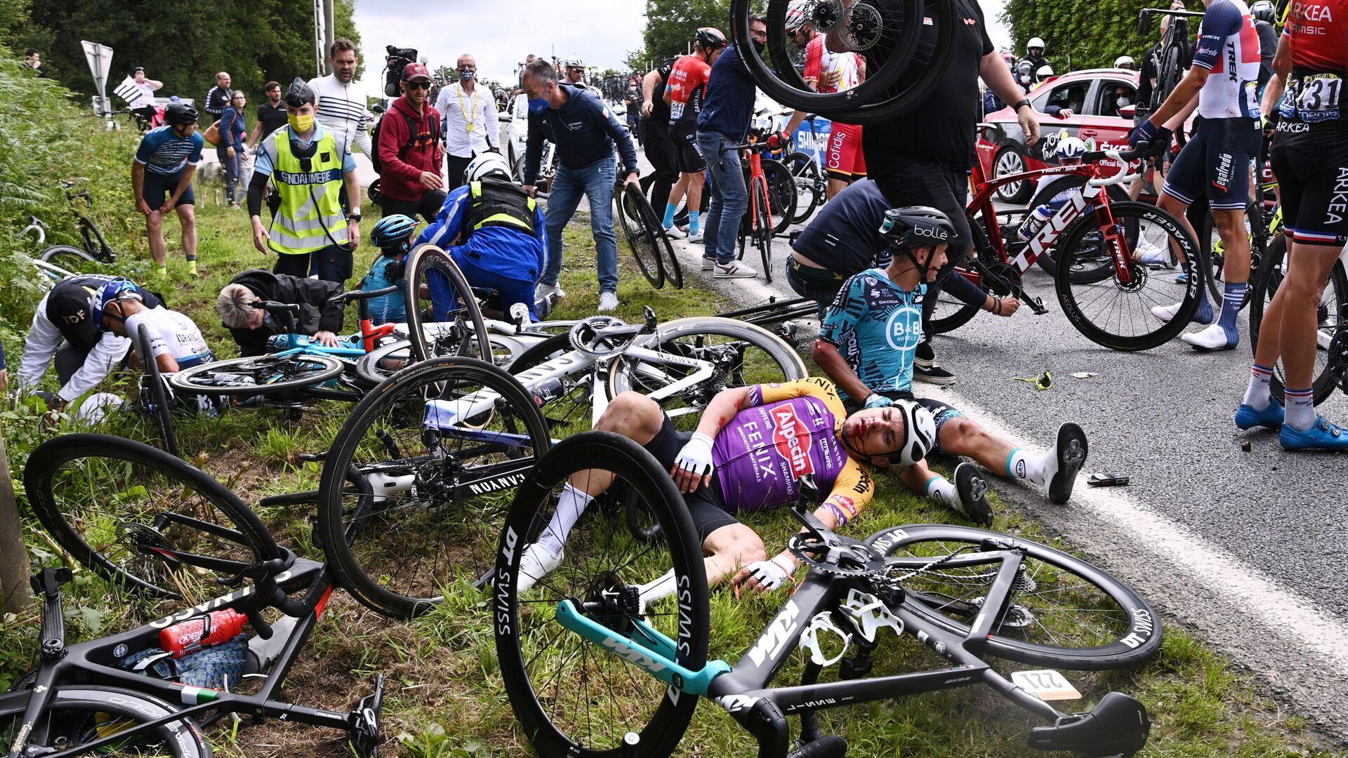 2021 Fransa Turu'nun ilk etabında kaza yapan bisikletçiler - Sputnik Türkiye, 1920, 14.10.2021