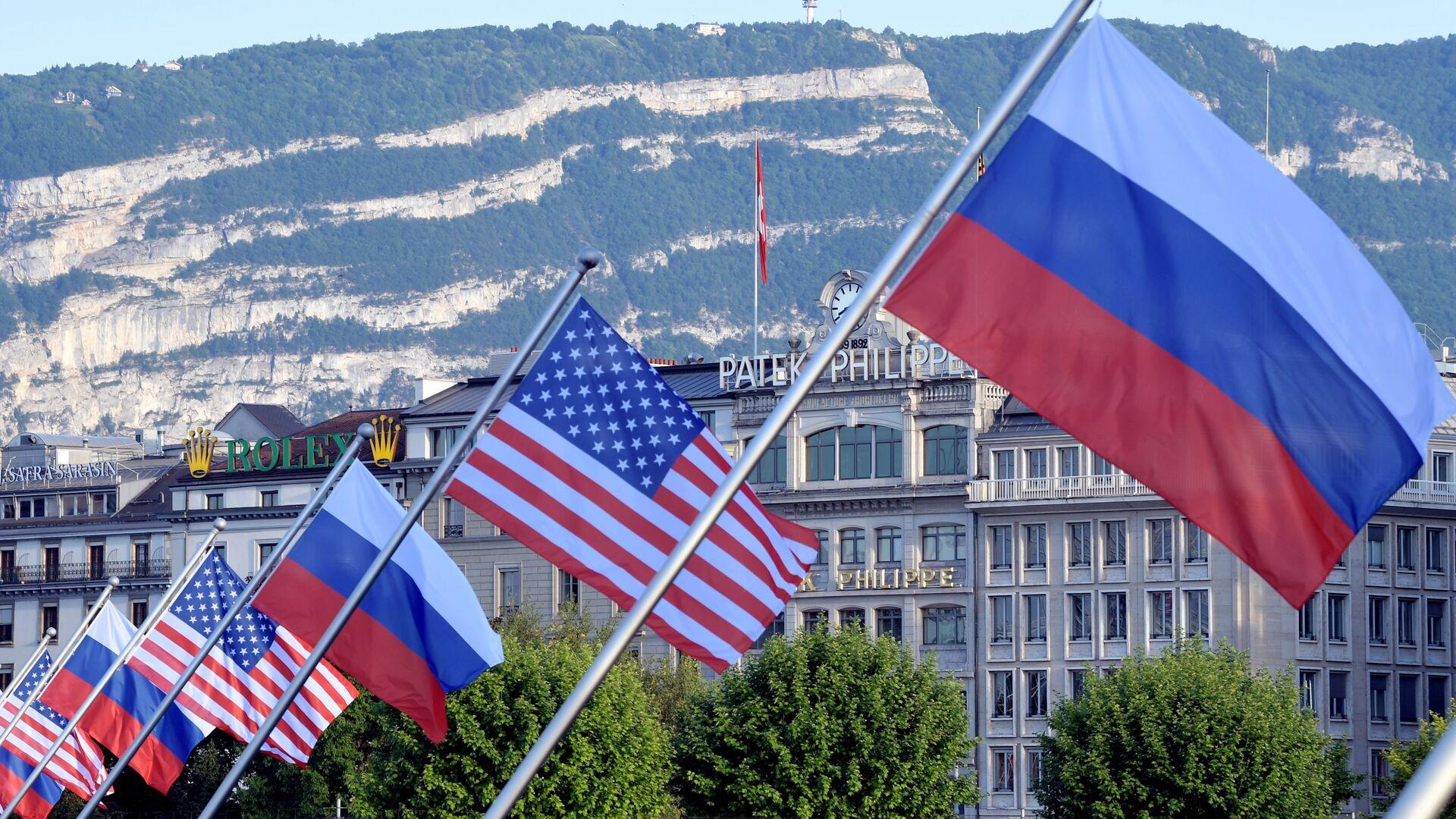 ABD ve Rusya bayraklarıyla süslenmiş Mont-Blanc köprüsü - İsviçre'nin Cenevre kenti - Sputnik Türkiye, 1920, 01.08.2021