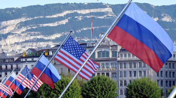 ABD ve Rusya bayraklarıyla süslenmiş Mont-Blanc köprüsü - İsviçre'nin Cenevre kenti - Sputnik Türkiye