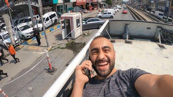 Otobüs üzerinde giden Yunus Emre Özer - Sputnik Türkiye