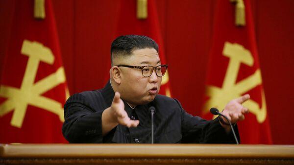 Kore Demokratik Halk Cumhuriyeti İşçi Partisi'nin 8. Merkez Komitesi toplantısında konuşan Kuzey Kore lideri  Kim Jong-un (18 Haziran 2021) - Sputnik Türkiye
