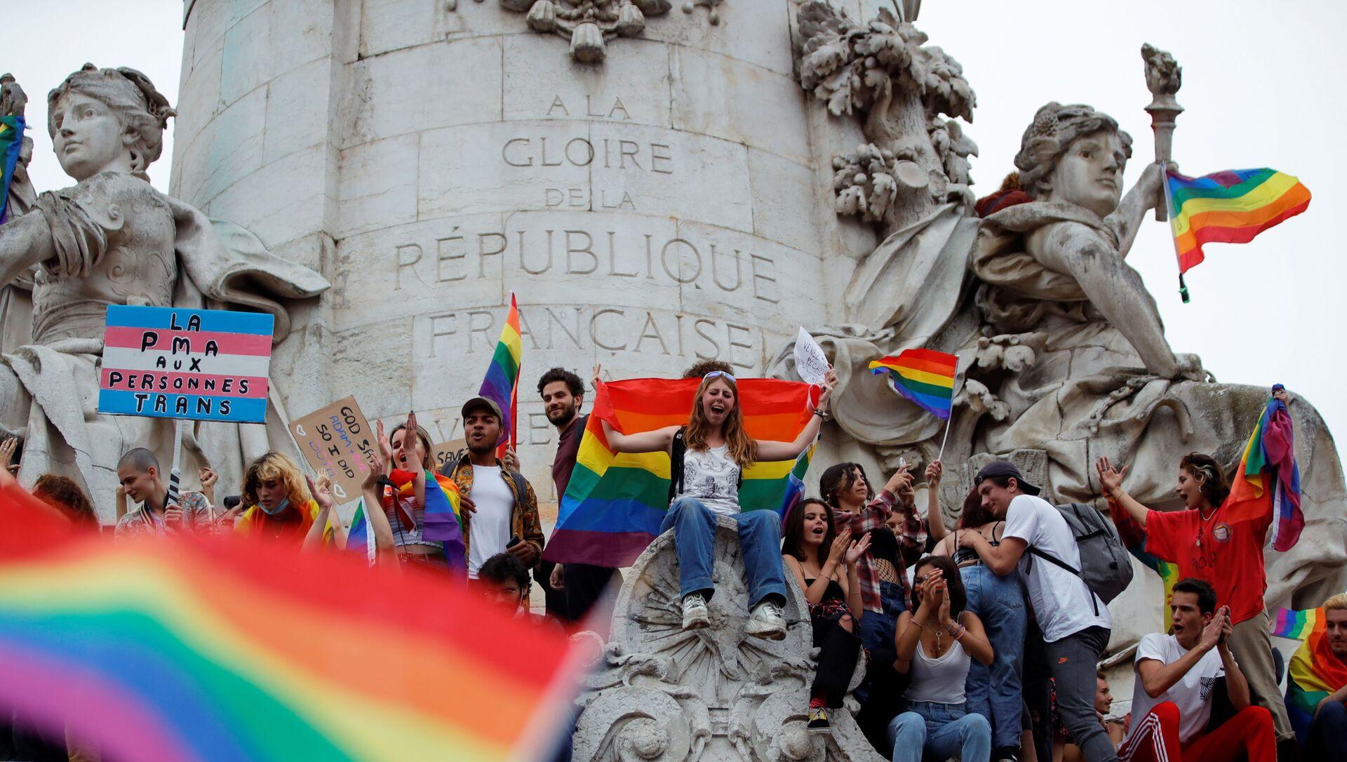 Fransız başkenti Paris'teki Cumhuriyet Meydanı'nda LGBT Onur Yürüyüşü'nden bir sahne (26 Haziran 2021) - Sputnik Türkiye, 1920, 30.06.2021