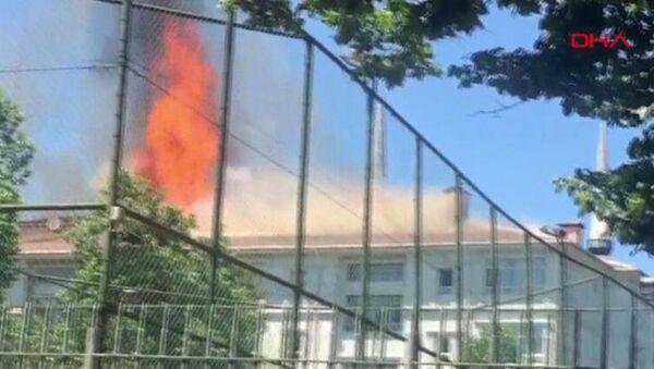 İstanbul Bağcılar'da okul çatısında yangın - Sputnik Türkiye